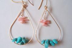 しずくピアスのトルコ石とピンクサンゴを組み合わせて色鮮やかなピアスにしました。ゴールドの華奢さがおとなかわいいですよ♪素材:真鍮・サンゴ・トルコ石|ハンドメイド、手作り、手仕事品の通販・販売・購入ならCreema。