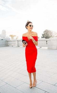 Tenue rouge glamour fourreau saint valentin epaules denudees
