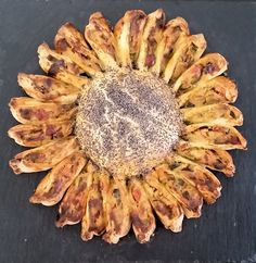 Torta girasole con verdure di stagione assortite e pasta brisee al vino bianco, presentata su vassoio di ardesia