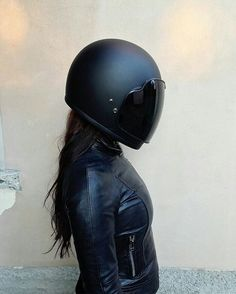 Motorcycle Women - motorcyclespirit - Motorcycle Helmets with style - Trend Frauen Fahrrad Womens Motorcycle Helmets, Motorcycle Art, Motorcycle Outfit, Motorcycle Jackets, Womens Motorcycle Fashion, Motorcycle Camping, Suzuki Motorcycle, Motorcycle License, Motorcycle Quotes
