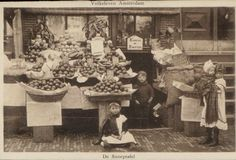 Amsterdam.- Fruithandel voor de kelderwoning van Koosje de Porster 1905