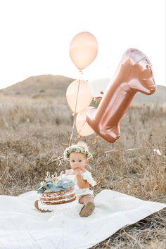 First birthday cake smash 1st Birthday Photoshoot, 1st Birthday Party For Girls, 1st Birthday Pictures, Baby Birthday, Birthday Cake, Baby Pictures, Baby Photos, Smash Cake Girl, Newborn Photography Poses