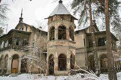 Poland. KONSTANCIN-LAKE - ABANDONED HOUSE - SHOP ON THE CORNER / KONSTANCIN-JEZIORNA - OPUSZCZONA WILLA - SKLEP NA ROGU. Photo by Łukasz Świetlik.