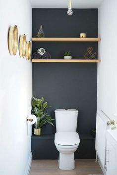 Dark grey downstairs bathroom diy home makeover with shelves in the alcoves and … Dunkelgraues Badezimmer-DIY-Makeover im Erdgeschoss mit Regalen Small Toilet Room, Guest Toilet, Toilet Room Decor, Toilet Wall, Toilet Shelves, Small Toilet Decor, Small Dark Bathroom, Bathroom Black, Cloakroom Toilet Small