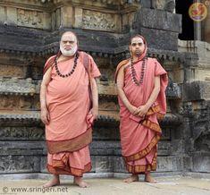 Sri Sri Sri Bharati Tirtha Mahasannidhanam y Sri Sri Sri Vidhushekhara Bharati Sannidhanam de Dakshinamnaya Sri Sharada Peetham. Indian Saints, Saints Of India, Advaita Vedanta, Guru Purnima, Sri Yantra, God Pictures, Hindus, Indian Gods, Durga
