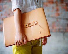 Cosido a mano bolso de cuero  Diseño mínimo y atemporal. Cosido a mano con lino encerado, durable y de excelente calidad. Adecuado para su uso diario. Caben en nuestra mano cosida caso MacBook Air de 13   -----------------------------------------------------------------------------------------------  MEDIDA APROXIMADA:  ANCHO: 380mm (15) ALTURA: 275mm (10,8 pulg) PROFUNDIDAD: 50mm (1,9)  -----------------------------------------------------------------------------------------------  COLOR…