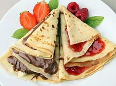 How to fill Crepes - Sweet and savory ideas. Are you thinking of preparing crepes? These simple pancakes possible to prepare numerous recipes, whether sweet or savory, ideal for any time of day. Further, dough to make pancakes It is very . How To Cook Pancakes, Thin Pancakes, French Pancakes, Breakfast Recipes, Dessert Recipes, Desserts, Crepes Nutella, Crepes Party, Chocolate Sauce Recipes