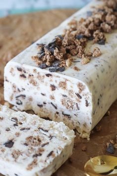Cremet Is Uden Ismaskine - Parfait Med Crüsli - En Is For Hele Familien Sweet Desserts, No Bake Desserts, Dessert Recipes, Baileys Cheesecake, Real Food Recipes, Yummy Food, Flourless Chocolate Cakes, Recipes From Heaven, No Bake Cake