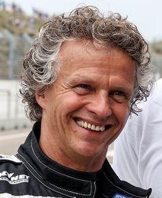 Jan Lammers 02-06-1956  Nederlands autocoureur, wiens bijnaam Jantje luidt. Als 16-jarige, nog zonder rijbewijs, rijdt Lammers zijn eerste race, en is hij direct succesvol. Hij wint met de Simca van mentor Slotemaker direct zijn allereerste race in de Groep 1 toerwagens.   https://youtu.be/eCzPfuQj56c