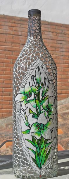 Discover thousands of images about How To Decoupage On Glass Bottle With Pizzi Goffre Technique. Same technique different bottle 2 Glass Bottle Crafts, Wine Bottle Art, Painted Wine Bottles, Diy Bottle, Bottles And Jars, Glass Bottles, Jar Art, Altered Bottles, Bottle Lights