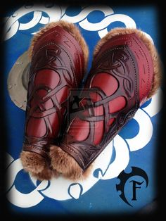 This listing is for a pair of leather celtic bracers with filigree and real fur. They are made of veg leather and real fur. They are totally Larp, Armadura Medieval, Leather Bracers, Leather Cuffs, Costume Sports, Vikings, Conception En Cuir, Viking Armor, Celtic Warriors