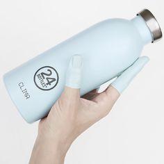 Die hellblaue, doppelwandige CLIMA Thermosflasche 0,5 L von 24Bottles. Die Edelstahlflasche hält Getränke bis zu 12h heiß und 24h kalt. #DKLB #24Bottles #24 Bottles # Trinkflasche #Thermosflasche #Isolierflasche #CLIMA #steel #Edelstahl #lightblue #hellblau #Edelstahlflasche #Edelstahltrinkflasche #Designflasche #Designtrinkflasche Bottle, Cold Drinks, Plastic Bottles, Drinking Water Bottle, Light Blue, Drinking, Flask, Jars