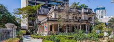 Casa Das Rosas (texto 0-1) Construída pelo escritório técnico de Ramos de Azevedo,  em 1935, de acordo com o ecletismo do início do século,  a Casa das Rosas é um dos exemplos que restam dos  casarões da Avenida Paulista, em São Paulo.