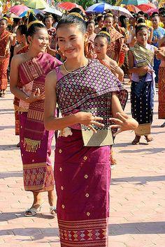 Graceful Lao dances Read more about 5 most popular dances of Laotian: http://www.kamulodge.com/5-most-popular-lao-dance/