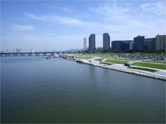 Han River Park: Seoul, South Korea    For those who prefer basking in the sunshine, a leisurely stroll along the Han River might be the most attractive of plans. Start the date at Jamsil by boarding the river cruise to Yeouido followed by good old fashioned picnic right on the lawn. Convenience stores dot the area and pizza deliveries make their rounds to the park so fret not if you feel that packing a picnic basket is a little over the top.     After the meal, take a walk along the banks of…