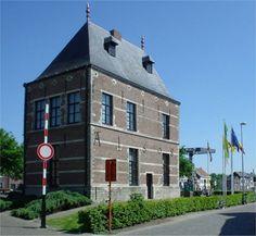Het Sashuis werd gebouwd op het einde van de 16de eeuw aan de monding van de Willebroekse vaart in de Rupel. Nadat het eerste Sashuis door een brand werd verwoest werd in 1608 het huidige Sashuis gebouwd. Het Sashuis werd reeds in 1945 als monument beschermd. In 1988 werd het onder voogdij van het gemeentebestuur gerestaureerd en ingericht als een volksheemkundig museum vooral gewijd aan de Vaart en de lokale geschiedenis. De omgeving van het Sashuis werd in 1981 beschermd als dorpsgezicht.