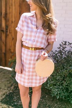I love easy, casual dresses. especially during the hot Texas heat in spring and summer! This pink gingham shirtdress is the perfect solution. Preppy Summer Outfits, Spring Outfits, Cute Dresses, Cute Outfits, Summer Dresses, Summer Clothes, Vestidos Color Verde Esmeralda, Pink Gingham, Gingham Check
