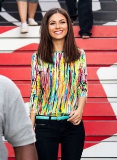 There is 0 tip to buy blouse, celebrity style, victoria justice, colorful, beautiful. Help by posting a tip if you know where to get one of these clothes. Victoria Justice Outfits, Cut Clothes, Blouse Outfit, Red Carpet Looks, Tank Shirt, Printed Blouse, Straight Hairstyles, Celebrity Style, Style Inspiration