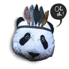 Dit speelse panda-indiaantje geeft je kinderkamer een warme, maar ook stijlvolle toets. Op het bed, in een zeteltje of in een knuffelhoek, de panda-indiaan is een favoriet! Materiaal: katoen en...
