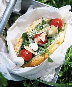Baguettebrötchen mit Rauke und Kirschtomaten - Rezepte fürs Picknick im Freien - [LIVING AT HOME]