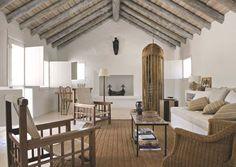 Design vintage dans le salon de cette maison de rêve au Portugal. Plus de photos sur Côté Maison : http://petitlien.fr/8aso