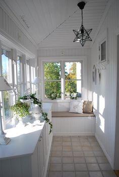 Sunrooms escandinavos arejados e convidativos - Home is Where the ❤️ is - Varanda Sunroom Decorating, Interior Decorating, Decorating Ideas, Sunroom Ideas, Cottage Shabby Chic, Small Sunroom, Laundry Room Cabinets, Laundry Area, Enclosed Porches