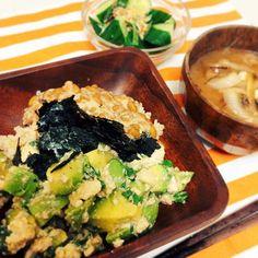 昨日の夜ご飯。 昨日はとーーっても寒かった:;(∩´﹏`∩);:がくぶる  もう10月の気温してたねー  なので、家についてソッコー ◯玉ねぎとお豆腐のお味噌汁 ◯アボカドと豆腐、納豆のスタミナ丼 ◯きゅうりの味噌マヨサラダ  を作ってぽかぽか、発酵食品補給!!!(❁´ω`❁) 赤が足りないけど、  身体の芯から温まったよ  アボカド豆腐は、お醤油と白だし、あと紫蘇を入れて。  まぐろ丼みたいでとーっても美味しかったの(❁´ω`❁)! まだ気温も不安定だから、服装で温度管理して。( ˇωˇ )  今日も1日がんばろーっ!✨ #おうちごはん  #手作り #アボカド #発酵食品 #味噌 #1人暮らし #丼ぶり #ぽかぽか #misosoup #dinner #avocado #instagood #instacook #cooking #heauty #beauty #instahealth #yum #yummy