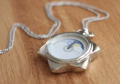 Del remake SAILOR MOON CRYSTAL : reloj de bolsillo deTuxedo Mask..¡me encanta!