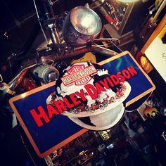 """Placa Harley-Davidson """"Around The World"""", importada dos EUA, 48 x 10cm (R$ 240). Loja está aberta até às 19h. (at Caos)"""