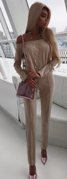 #spring #outfits woman in beige off-shoulder overalls with pink crossbody bag standing ]. Pic by @milevskate
