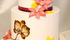 Tort nunta pictat si decor cu orhidee N316: tort de nunta din martipan alb cu orhidee pictate pe martipan, decorat cu flori comestibile si panglici.