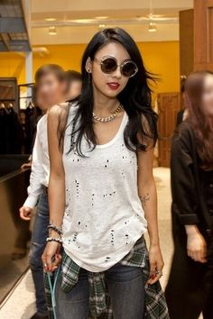 Singer Lee Hyori was seen on an outing with her puppy Soonshim. Singer Lee Hyori was seen on an outing with her puppy Soonshim. Recently, one online community forum posted up pictures of Lee Hyori on a walk with her pet. Korea Fashion, Pop Fashion, Asian Fashion, Fashion Design, Street Fashion, Fashion Ideas, Jung So Min, Celebrity Beauty, Celebrity Style
