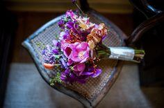 Bouquet de noiva em tons de pink, com estilo deswcolado e lindo feito pela Tais Puntel. Foto: Danilo Máximo