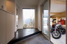 ガレージのある白と黒の家 - IMGPOST Places, Decor, Home, Sweet Home, Room Divider, Furniture, Interior, House, Room