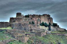 Cardona, en Barcelona, es la fortaleza medieval más importante de Cataluña. Construida en el 886 en estilo románico, perteneció a los duques de Cardona, la familia más importante de la Corona de Aragón.