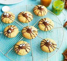 Create these cute spider biscuits with kids as part of a Halloween party feast. Children will love adding the spooky chocolate spider legs and icing eyes Winter Desserts, Halloween Desserts, Halloween Cupcakes, Happy Halloween, Family Halloween, Halloween Treats, Halloween Party, Cat Cupcakes, Halloween Biscuits
