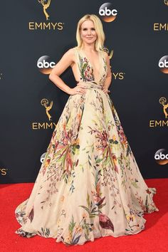 O que não faltam foram famosos passando pelo tapete vermelho da 68ª edição do Emmy Awards, que aconteceu na noite deste domingo, 18, no Microsoft Theater (antigo Nokia Theatre), em Los Angeles, nos Estados Unidos. Os famosos, dentre eles Kristen Bell, arrasaram nos looks.