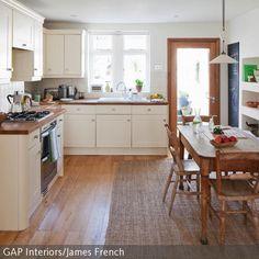 Eine Küche mit Holz zu gestalten ist eine gute Möglichkeit, um einen natürlichen Look in das Raumkonzept zu bringen. Die hellen Küchenfronten passen gut zu  …