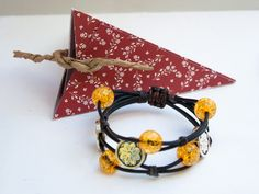 Pulsera de cuero negro y cristal craqueado amarillo. - Black leather bracelet and yellow crackled glass. - bracelets, adjustable, gifts for christmas, craft product, handmade, immediate shipment, free gift box, yellow, black, woman,