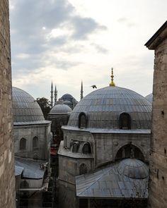 Die blaue Moschee die man hier im Hintergrund sieht wird auch Sultan-Ahmed-Moschee genannt. Sie befindet sich gegenüber der Hagia Sofia in ca. 500m Entfernung. Sie ist heute Istanbuls Hauptmoschee. Die blaue Moschee wurde von Sultan Ahmed I. in Auftrag gegeben und nach 5 Jahren Bauzeit im Jahr 1606 fertiggestellt ein Jahr vor dem Tod des Sultans. Die Moschee verfügt über 6 Minarette. Nur zwei weitere Moscheen weisen mehr Minarette auf. Istanbul Sehenswürdigkeiten Highlights und Tipps für… Istanbul, Taj Mahal, Highlights, Building, Travel, Instagram, Blue Mosque, Mosques, Distance