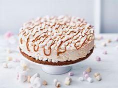 Kinuskituorejuustoa käyttämällä valmistat helposti herkullisen kinuskijuustokakun niin synttärijuhliin kuin juhlapyhien kakuksi. Vaahtokarkit tekevät koristelusta helppoa ja ne tekevät hauskan yllätyksen kakkupohjan päällä.