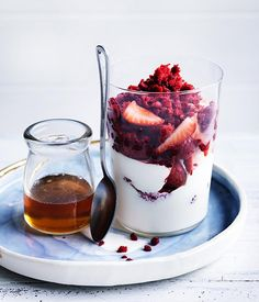 This simple dessert is sure to be a hit at any summer party. Add some crunchy granola to make a tasty breakfast dish. Breakfast And Brunch, Breakfast Dishes, Breakfast Recipes, Healthy Desserts, Easy Desserts, Delicious Desserts, Yummy Food, Healthy Breakfasts, Pavlova