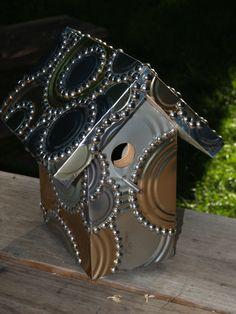 Birdhouse with tin can siding. Casinha de pássaros