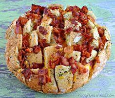 Bloomin' Bacon Cheddar Italian Pull-Apart Bread Appetizer- This looks amazing! And easy! Will probably make this sooner rather than later! I Love Food, Good Food, Yummy Food, Pan Relleno, Pull Apart Bread, Appetisers, Croissants, Finger Foods, Appetizer Recipes