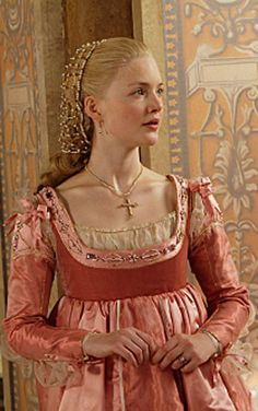 Lucrezia Borgia (Holliday Grainger) 'The Borgias' Costume designed by Gabriella Pescucci. It's partially that the dress is gorgeous, but it's mostly that Lucrezia Borgia is actually wearing clothes. Italian Renaissance Dress, Mode Renaissance, Costume Renaissance, Medieval Costume, Renaissance Fashion, Renaissance Clothing, Medieval Dress, Les Borgias, Lucrezia Borgia