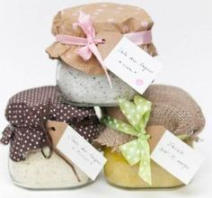 Homemade bath salts and scrubs: small home mad gifts .- Sali da bagno e scrub fatti in casa: piccoli regali home made per Natale – I fiori del bene Ideas for small homemade gifts The flowers of good - Christmas Presents, Christmas Time, Xmas, Homemade Scrub, Homemade Gifts, Hobbies To Take Up, Tween Girl Gifts, Foto Blog, Jar Gifts