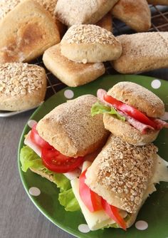 Salmon Burgers, Bagel, Baked Goods, Sandwiches, Bread, Baking, Ethnic Recipes, Food, Diy