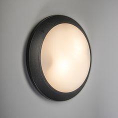 Plafón/aplique UMBERTA  negro sensor- Modelo de alta calidad acabado en plástico. Los materiales son de alta calidad y resistentes a la intemperie y a los impactos, ideal para exteriores, acabado en plástico blanco opalino. La fuente de luz es de casquillo E27 y funciona con varias tipos de luz (halógena, bajo consumo y LED). Con forma ovalada, se puede usar tanto en el techo como en la pared. Este producto está equipado con un sensor de movimiento y crepuscular (reacciona a la falta de…