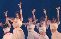 新曲「僕たちは戦わない」を披露するAKB48の高橋みなみ(右から2人目)と島崎遥香(同4人目)ら=さいたま市 (撮影・大橋純人) - サンケイスポーツ 提供