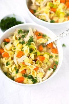 Schnelle Hühnersuppe. Für dieses Rezept braucht ihr nur Hähnchenbrustfilet, Hühnerbrühe, Suppengemüse, Nudeln, Salz und Pfeffer. SO einfach! - http://Kochkarussell.com